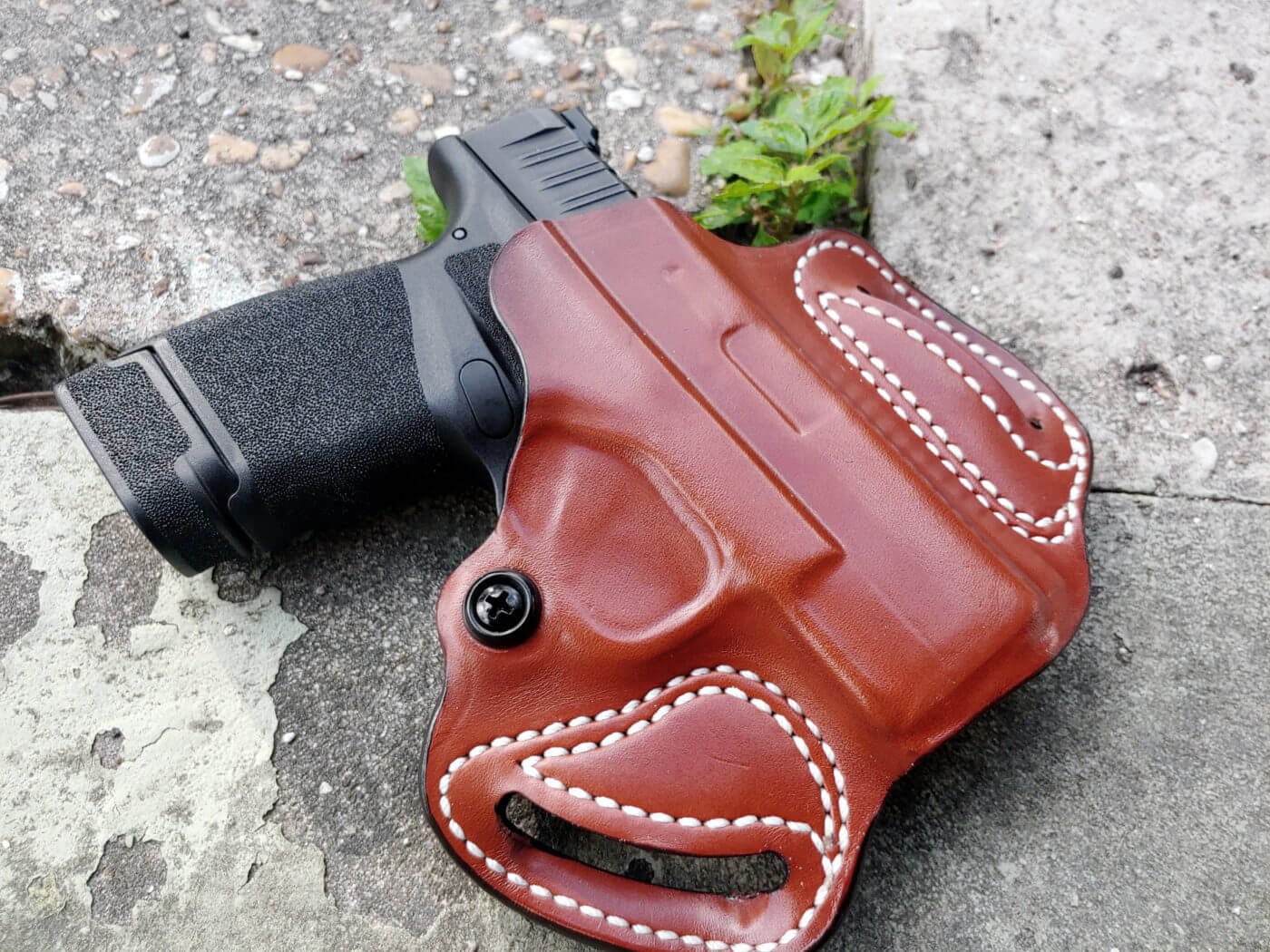 Leather OWB concealed carry holster for the Springfield Hellcat