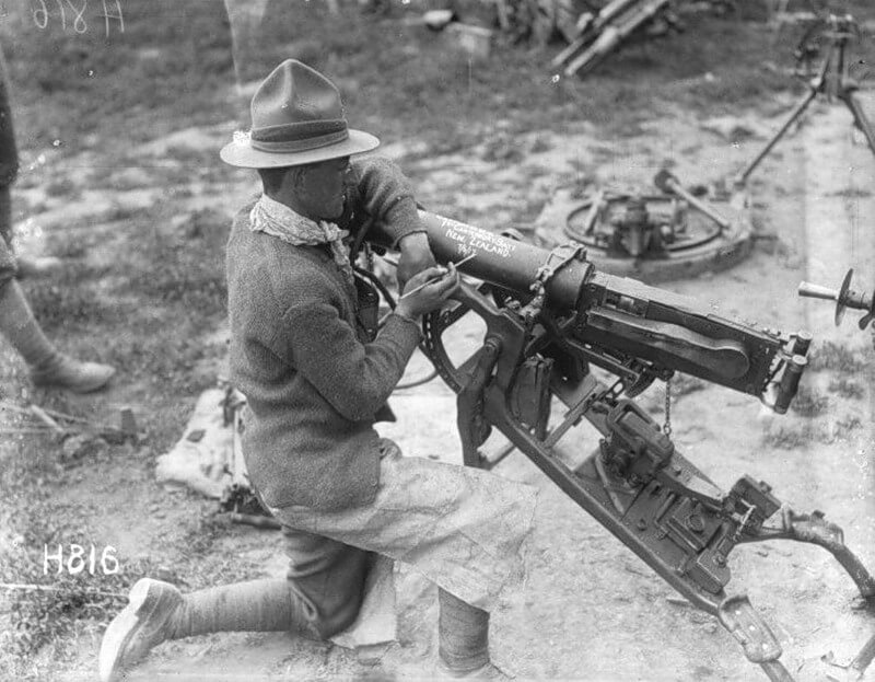 New Zealand soldier with captured MG08